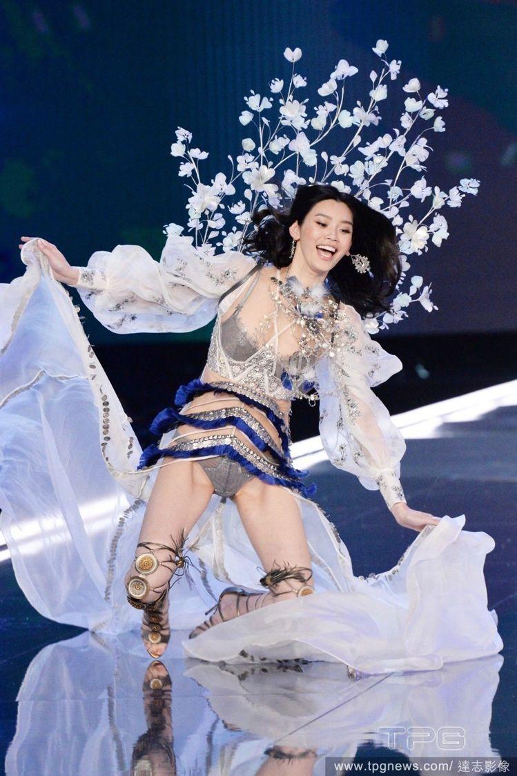 奚夢瑤在維密大秀後多了「摔倒超模」的封號,敬業精神贏得正面肯定。圖/達志影像