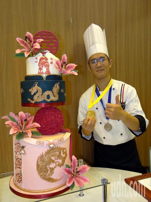 正修科大餐飲系一年級學生簡致翔參加「韓國國際技能人廚藝大賽」,同時獲得金牌與銀牌...