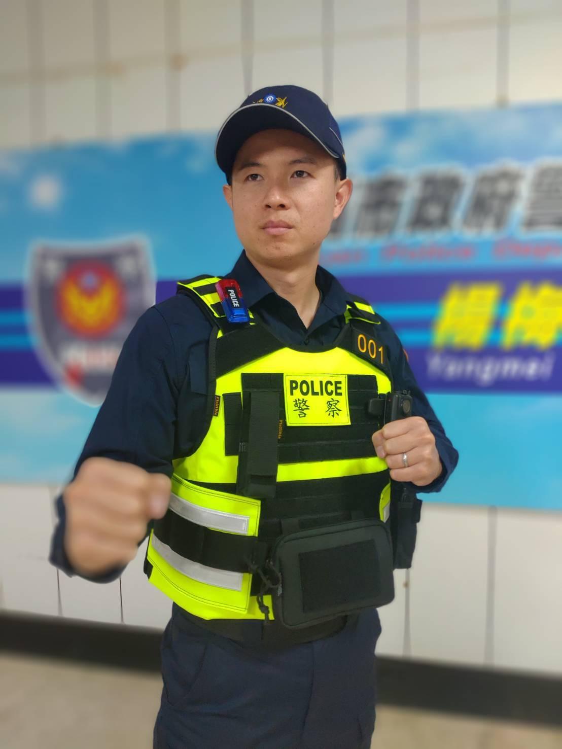 楊梅警分局近日購置新型警用戰術背心,員警大讚「揪甘心」。圖/楊梅警分局提供