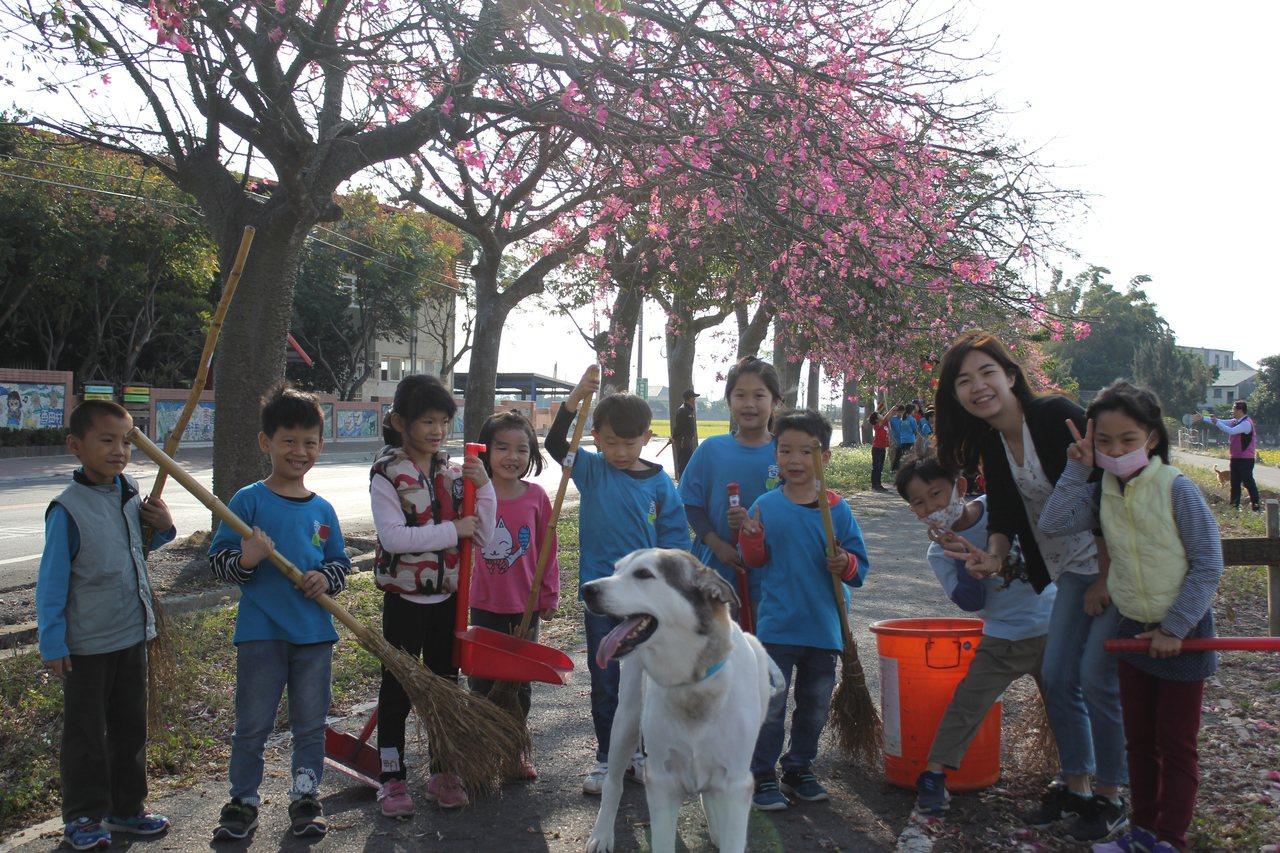 香田國小學生今天打掃校門口,希望提供民眾乾淨的賞花空間。圖/香田國小提供