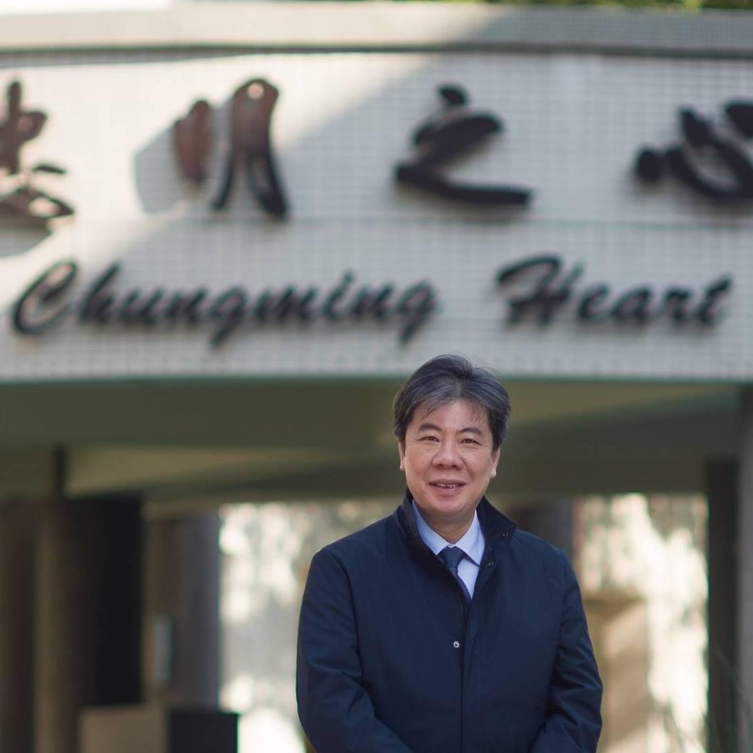 台中市忠明高中校長張永宗昨天猝死家中,享年56歲。學生自發性在校長室外寫卡片,貼...
