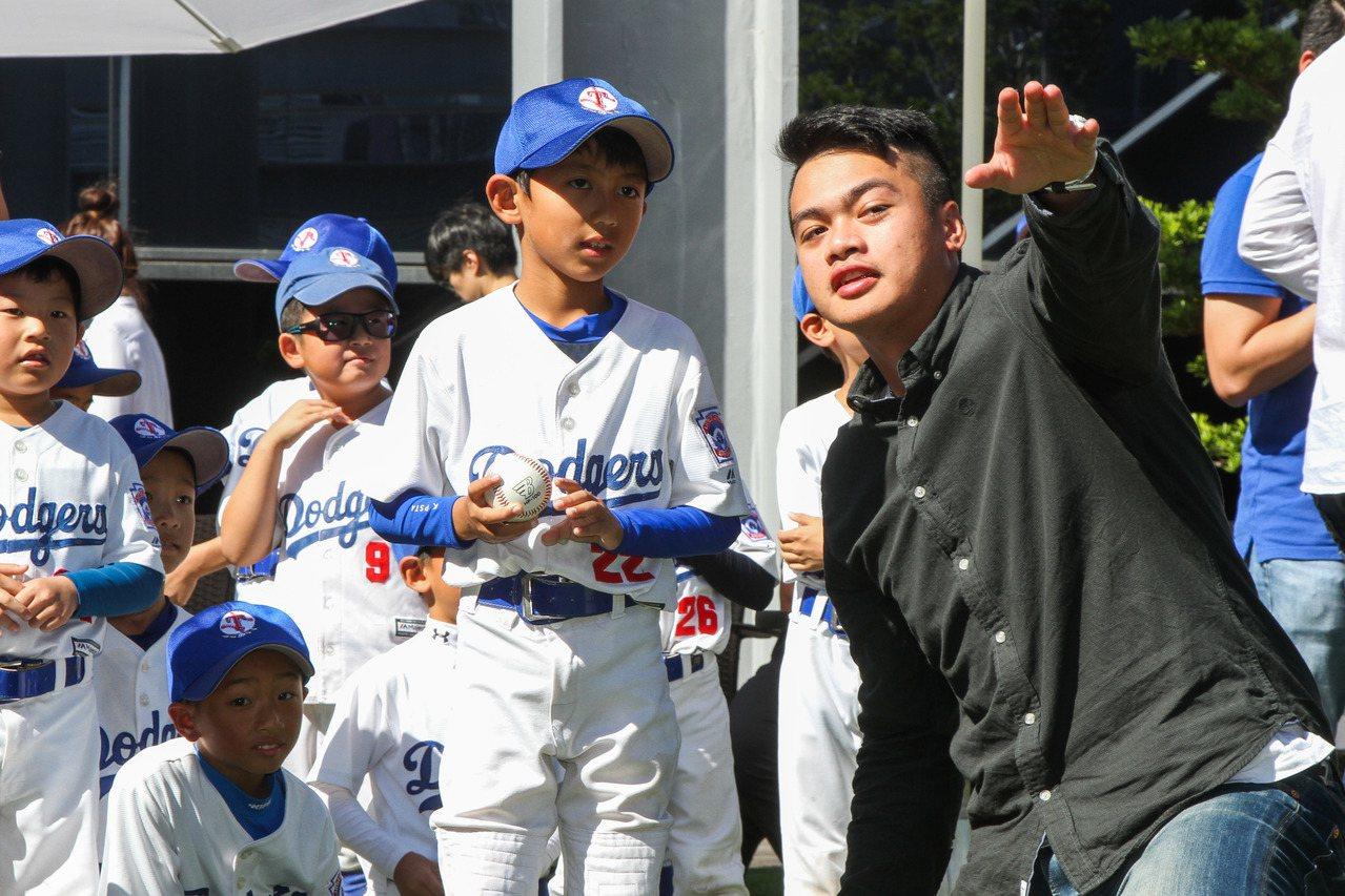 旅美球星宋文華(右一)到台中和幼兒棒球隊交流,教小球員投球小技巧。記者喻文玟/攝...