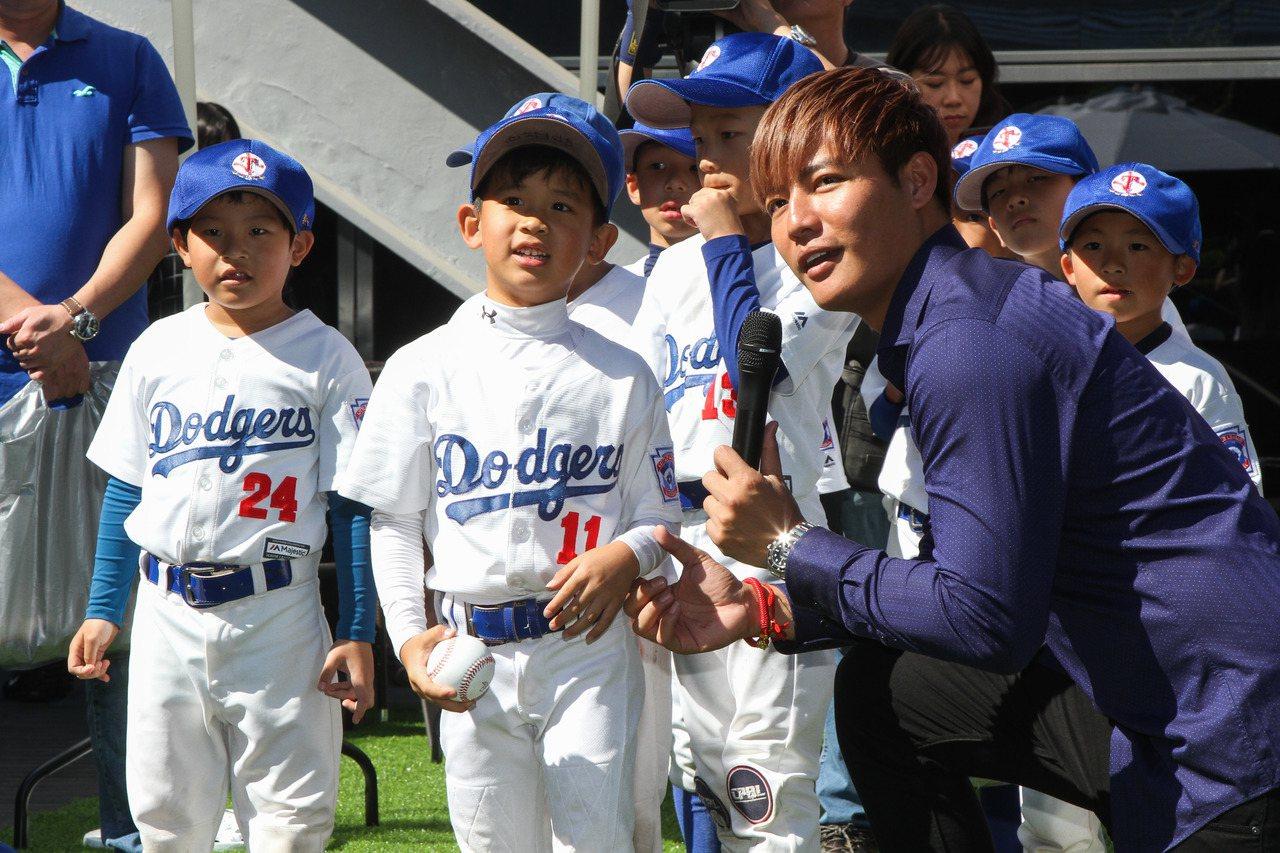 旅美球星王維中(右一)到台中和幼兒棒球隊交流,教小球員投球小技巧。記者喻文玟/攝...