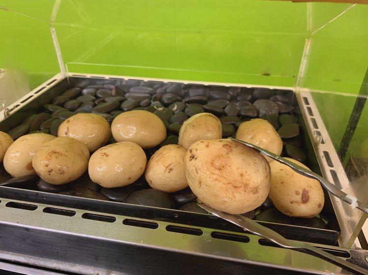 全家便利商店推出隱藏版新品「烤馬鈴薯」,將整顆馬鈴薯端上烘烤架。圖/全家便利商店...