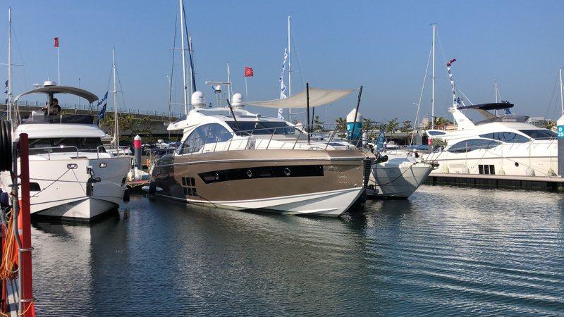 遊艇碼頭VIP泊位區亞洲第一艘,有海上超跑之稱的世界第一義大利遊艇品牌AzimutS6,8千萬的身價令人驚豔。記者邵心杰/攝影