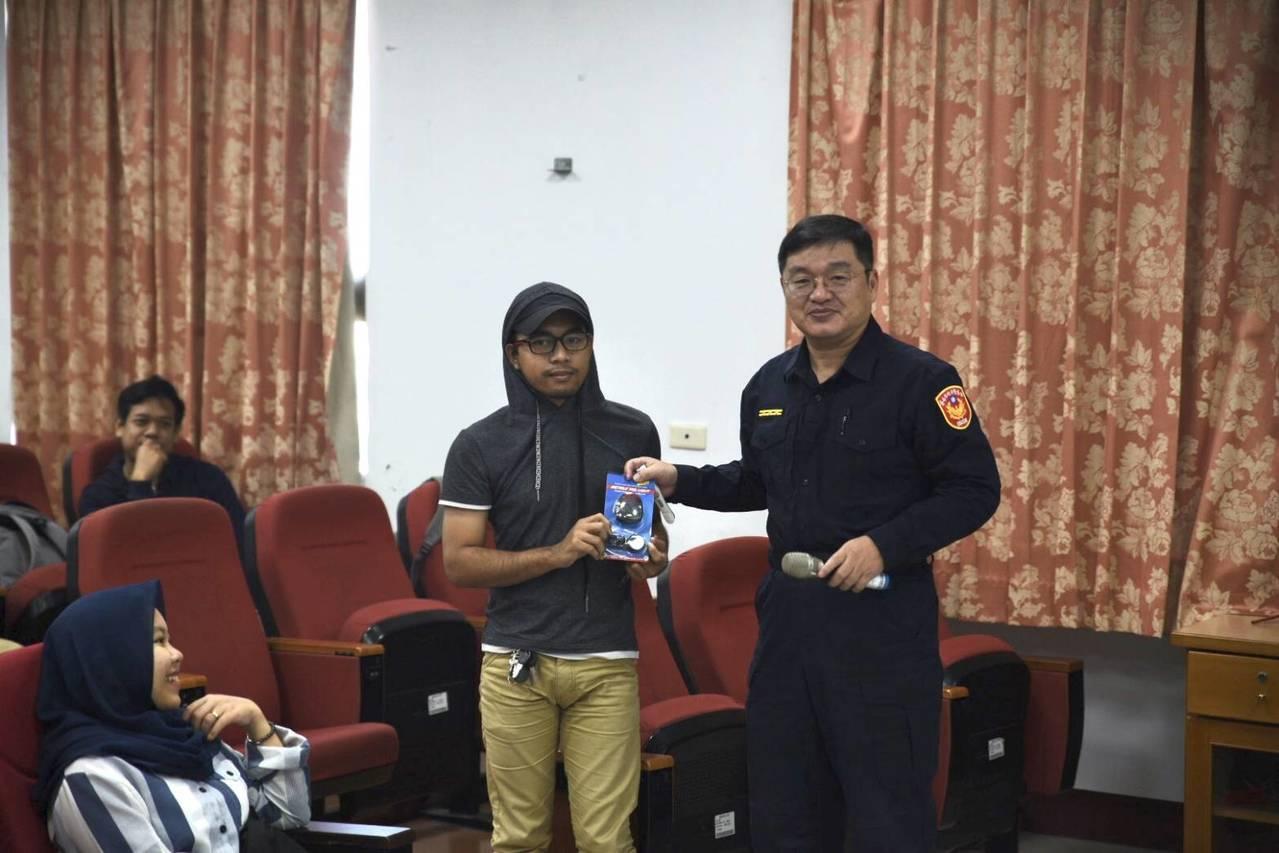 外籍學生交通事故越來越多,台南善化員警進大學宣導。圖/警方提供
