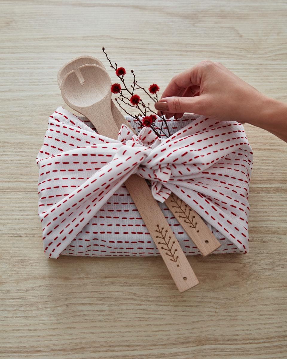 IKEA VINTERFEST系列廚房擦巾可當做耶誕禮物外包裝。圖/IKEA提供