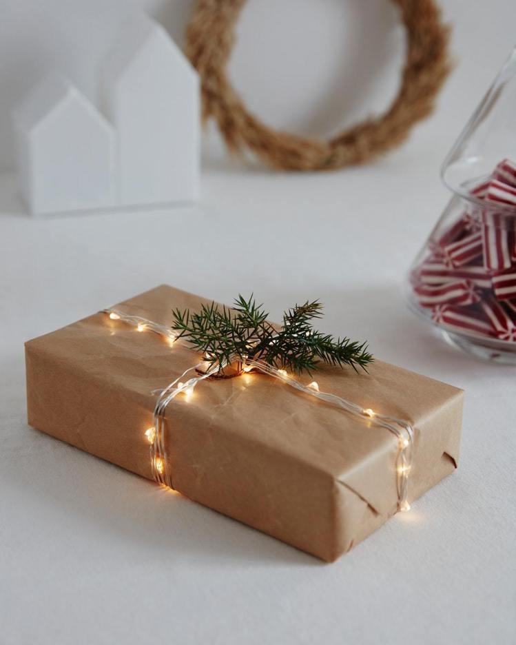 IKEA VISSVASS系列LED裝飾燈串當做禮物緞帶,是相當吸睛的包裝方式。...