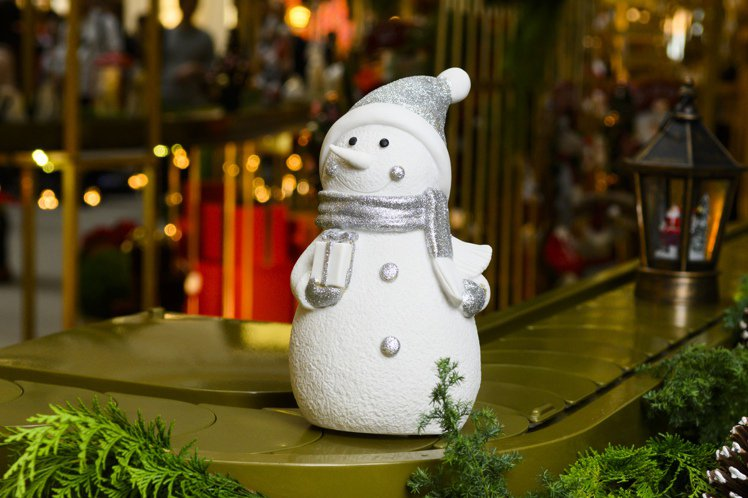 HOLA特力和樂耶誕帽雪人LED擺飾23cm,特價559元。圖/HOLA提供