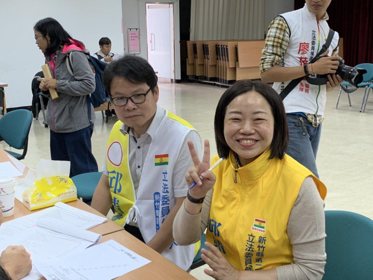新竹縣第二選區立委參選人邱靖雅下午到新竹縣選委會完成登記。記者陳斯穎/攝影