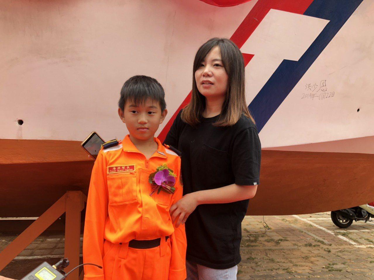 來自小金門的林芳鈺今天也特地帶著8歲兒子洪少恩和婆婆,前來向除役的巡防艇致意;她...