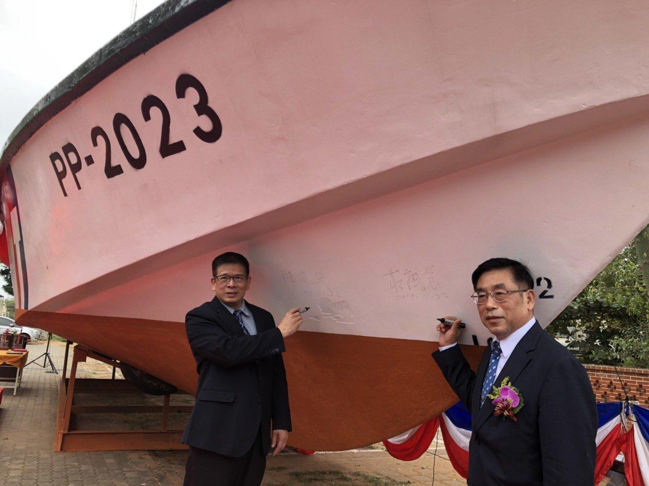 金大校長陳建民(左)和海洋委員會副政務主任委員莊慶達(右)在除役的2023艇上簽...