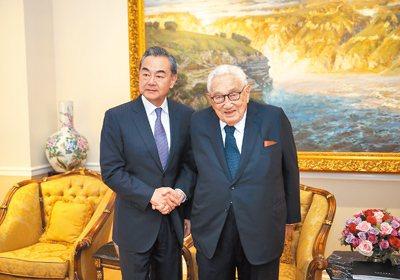 大陸外交部長王毅與前美國國務卿季辛吉此前會見照。圖取自新華社