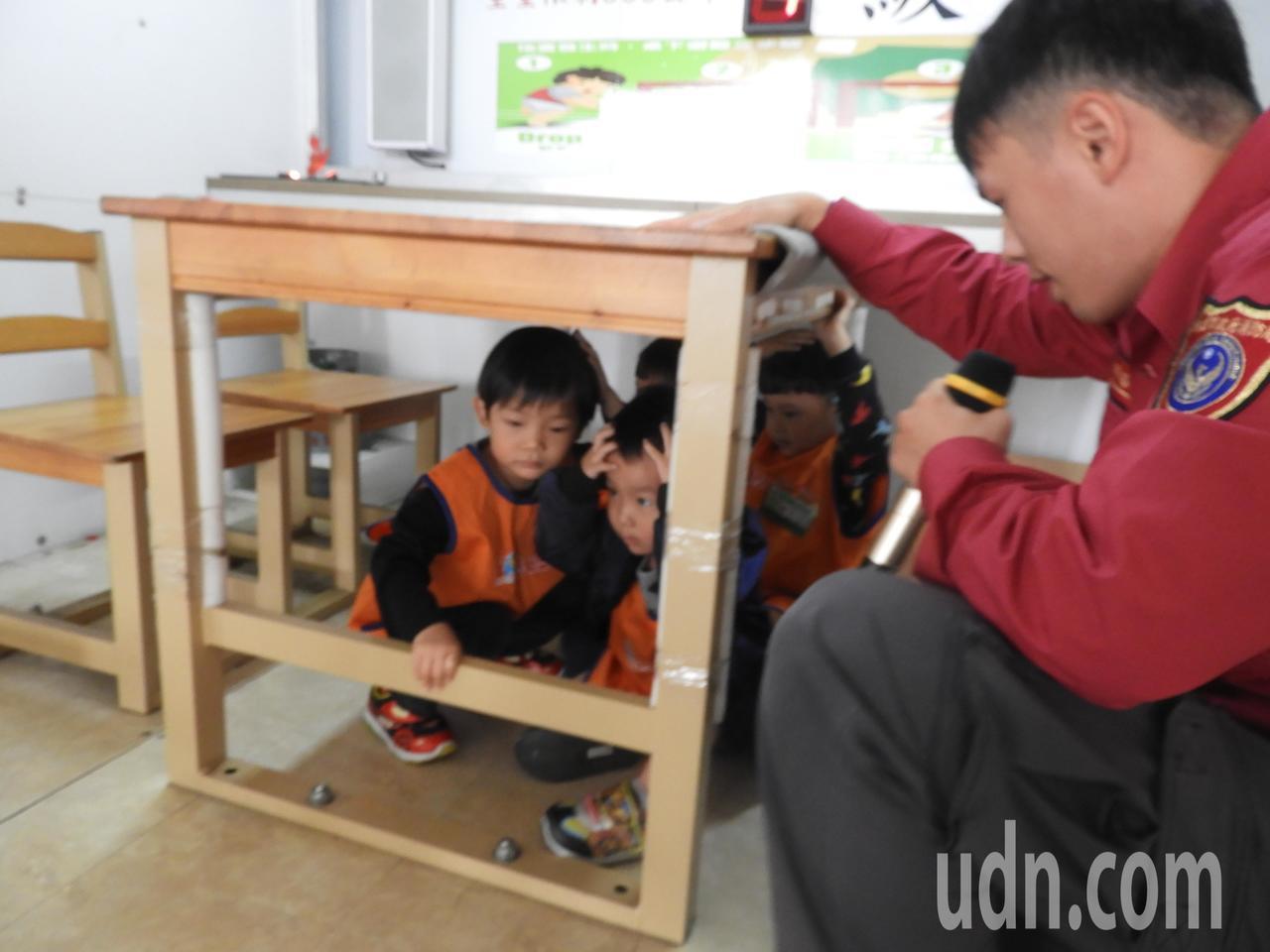 第四大隊派出地震體驗車,讓小朋友模擬地震防災。記者高宇震/攝影