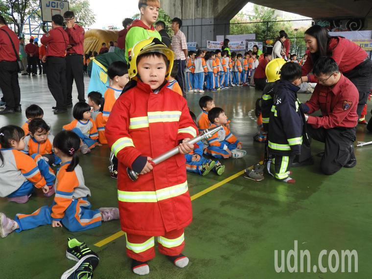 活動中除宣導防範一氧化碳中毒,也安排小小消防員著裝體驗。記者高宇震/攝影
