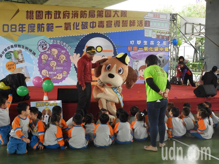 今日宣導派出桃園消防局最新吉祥物「消防米格魯」與民眾拍照留念。記者高宇震/攝影