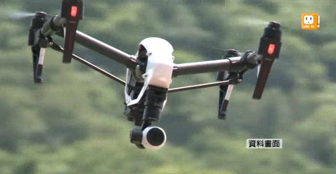 4日藍綠造勢晚會上,未經申請的空拍機,警方將用干擾槍讓空拍機降落,活動後歸還。報...