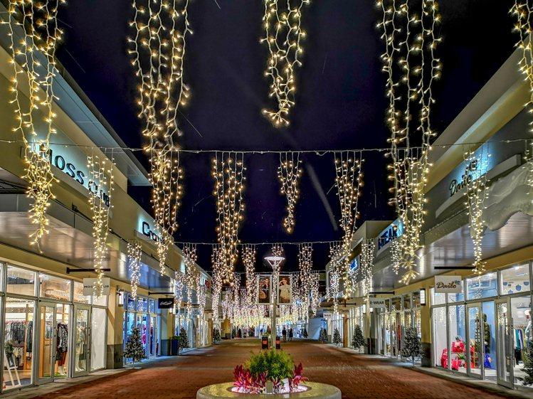 三期走道的耶誕燈海。圖/華泰名品城提供