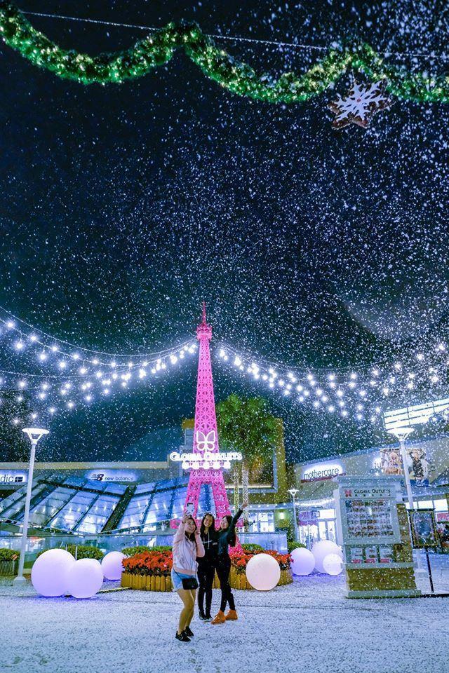 華泰名品城耶誕村,一到傍晚整點與半點時間會飄下片片雪花。圖/華泰名品城提供