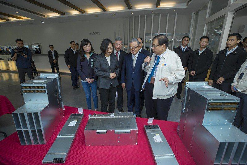 蔡英文總統22日參訪「康舒科技公司」,表示,台商回台投資是今年的大事,累積投資金...
