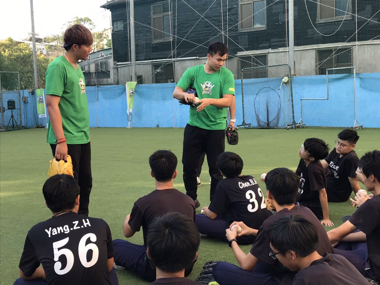 王維中(左)、曾仁和參與國泰棒球嘉年華活動,指導年輕球員投球。圖/國泰金控提供