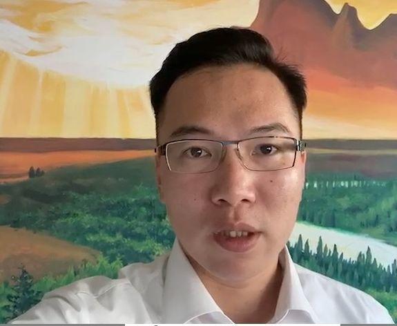 民進黨籍高雄市議員林智鴻看高雄市觀光局主任祕書高美蘭請辭之事,認為最該辭職的是高...