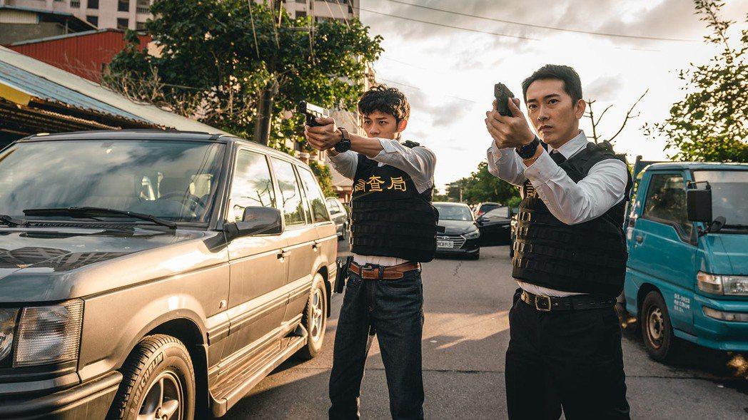 施名帥(右)、吳政迪演出「極光風暴」。圖/民視提供