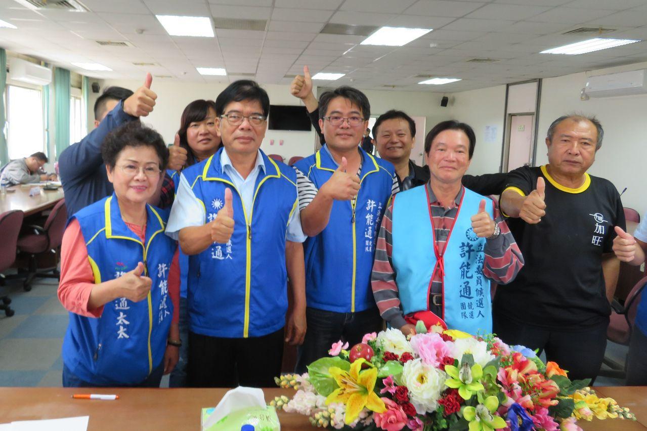 無黨立委參選人許能通(左二)。 圖/聯合報資料照片