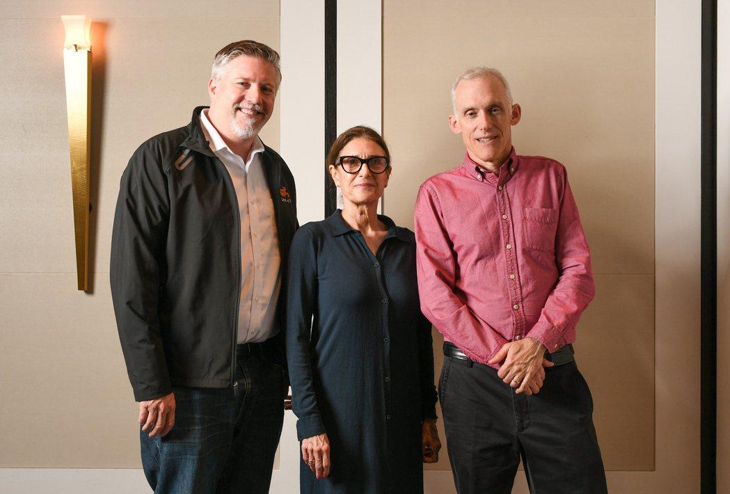 「雙子殺手」視覺特效指導比爾威斯坦霍佛(左起)、選角導演艾薇考夫曼以及剪輯指導提...