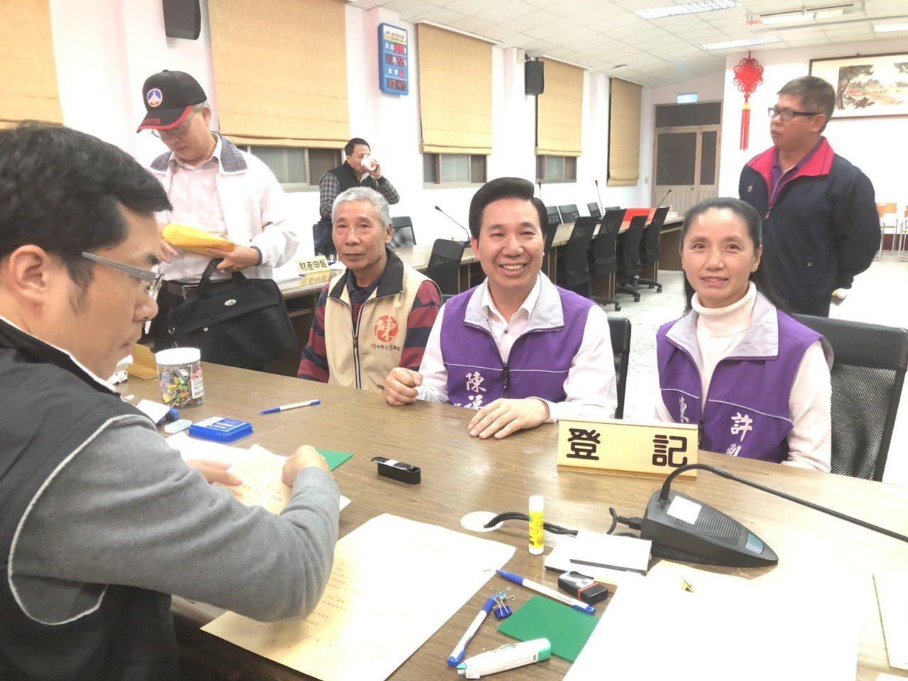 前縣長陳福海(中)也在老婆與兄長的陪同下參選立委,壓軸完成登記。記者蔡家蓁/攝影