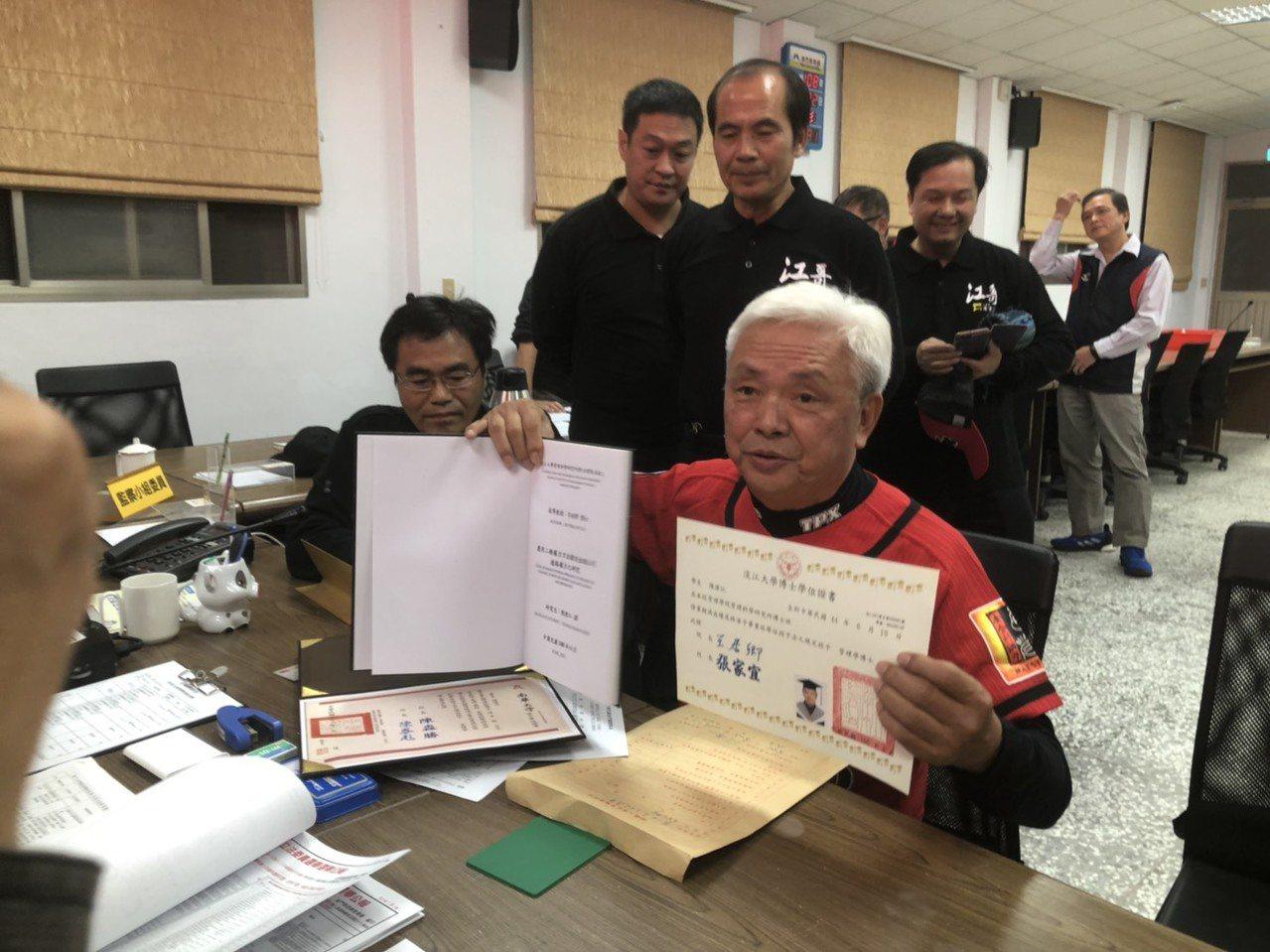 前議員陳滄江在支持者的陪同下,帶著博士論文與畢業證書到場登記參選立委。記者蔡家蓁...