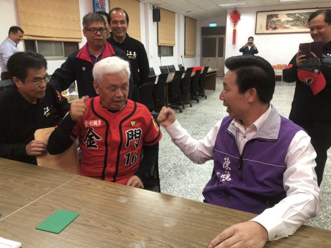 前縣長陳福海(右)、前議員陳滄江(左)兩人都不約而同的在下午5點半到縣選委會報到...