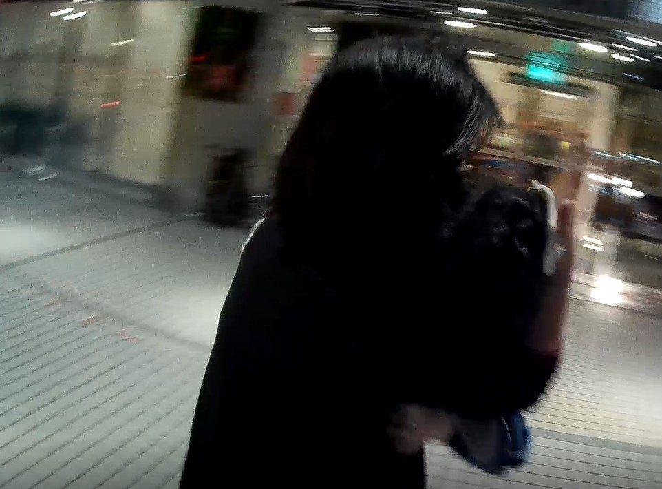 抵達亞東醫院急診室門口,廖的妻子抱著受傷孫女進入醫院救治。記者陳弘逸/翻攝