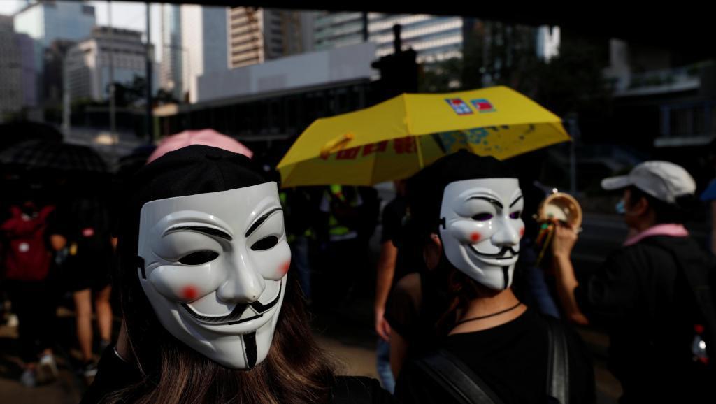 香港示威者抗議「禁蒙面法」的實施。(路透)