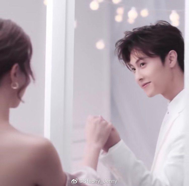 王子邱勝翊與女友鄧麗欣攜手一起為美妝品牌拍攝廣告。圖/摘自微博