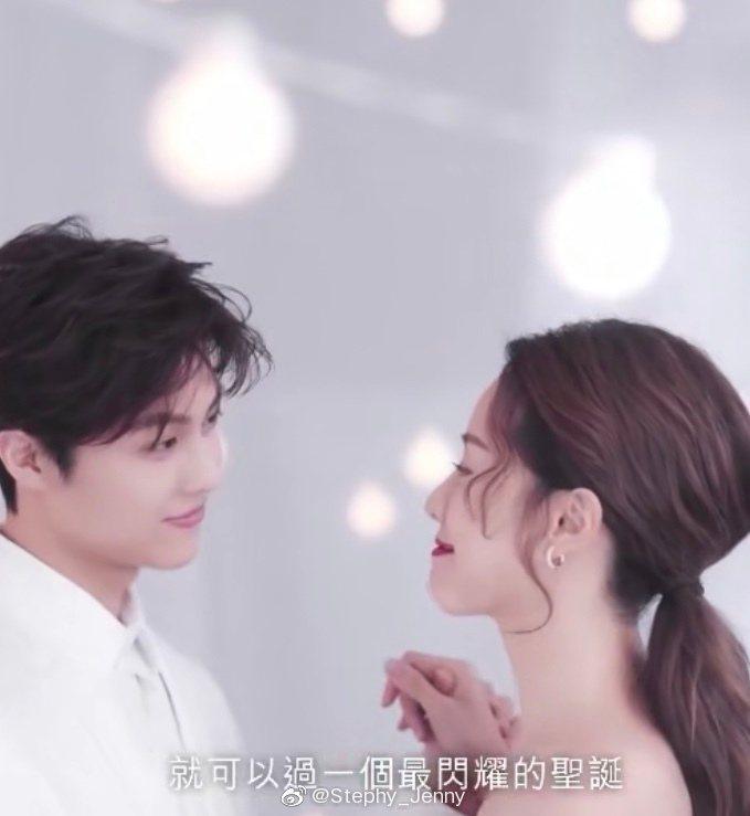王子邱勝翊與女友鄧麗欣攜手一起為美妝品牌拍攝廣告。圖/擷自微博
