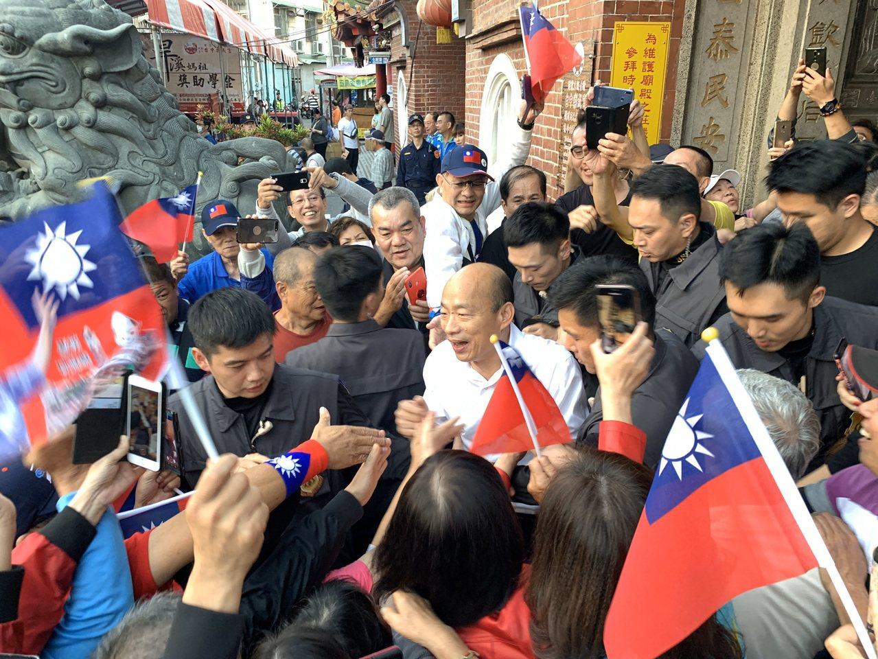 國民黨總統參選人韓國瑜(中)下午到台中市東區樂成宮參拜,現場近上千名支持者來挺韓...