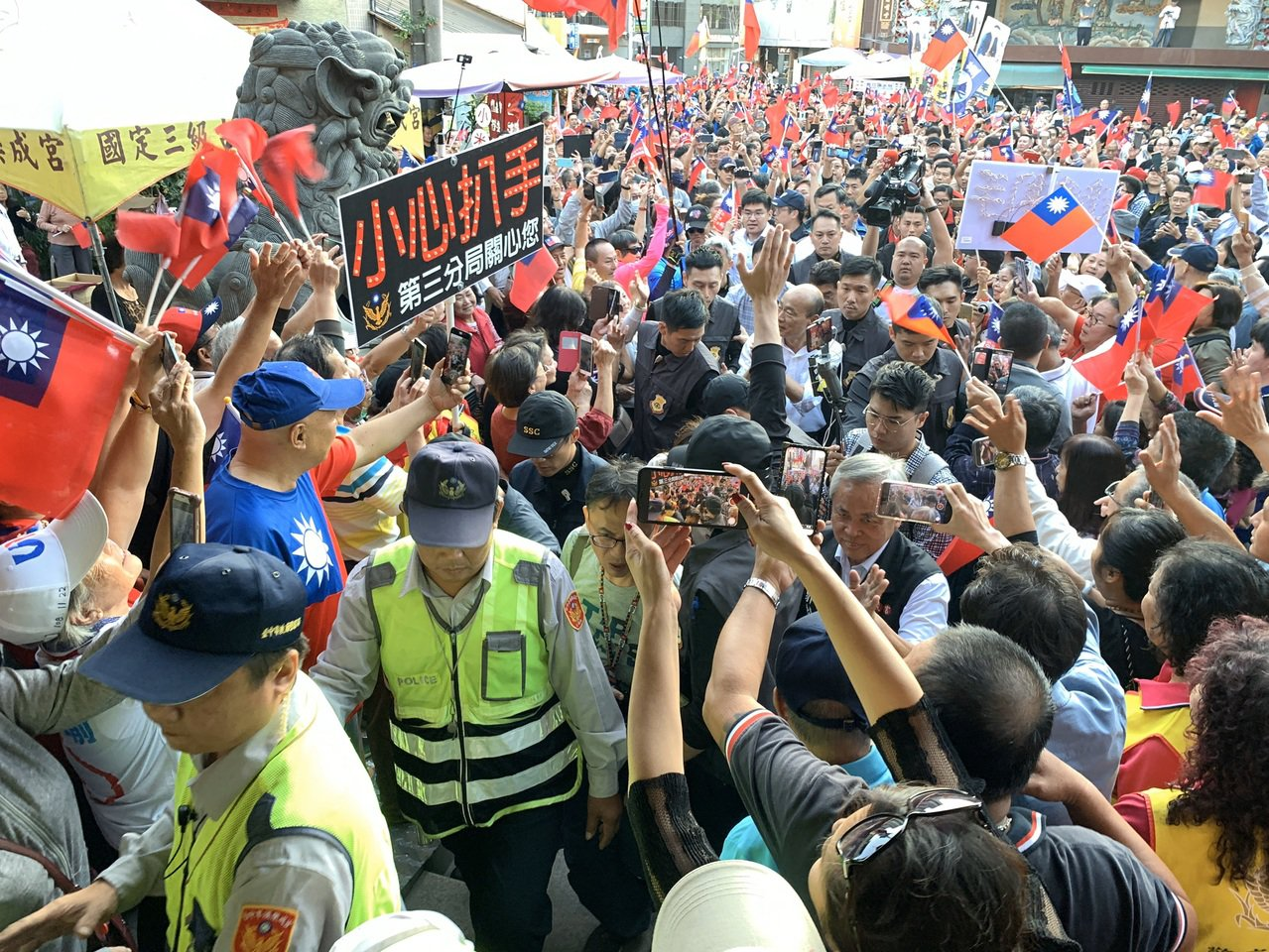 國民黨總統參選人韓國瑜下午到台中市東區樂成宮參拜,現場近上千名支持者來挺韓,他被...