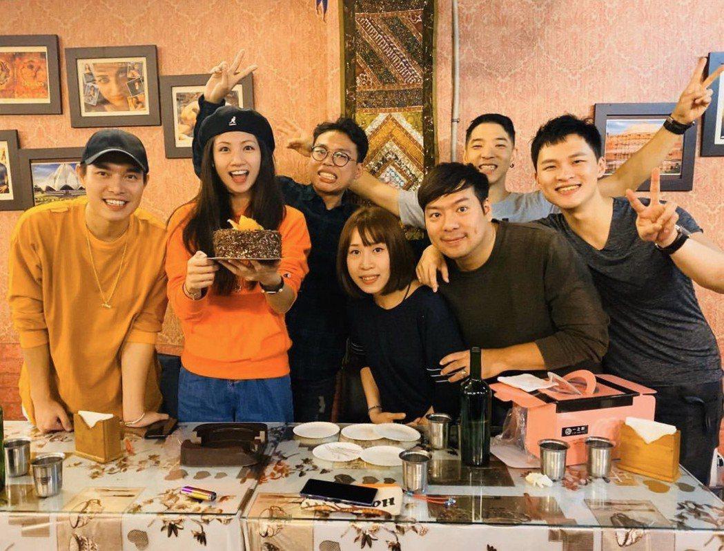 李千那過生日,好友們聚餐為她慶生,男友ECHO(左)也參加。