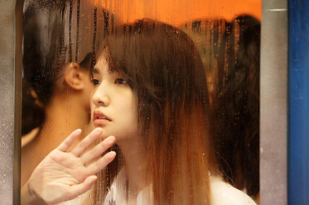 楊丞琳新歌「刪拾」MV拍攝憶起學生時代擠公車過往。圖/環球提供