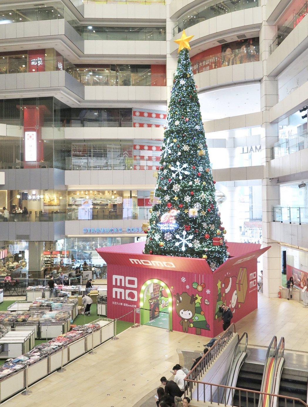 大魯閣新時代今年推出17米高巨型禮物盒聖誕樹,訂27日舉行點燈儀式。記者宋健生/...