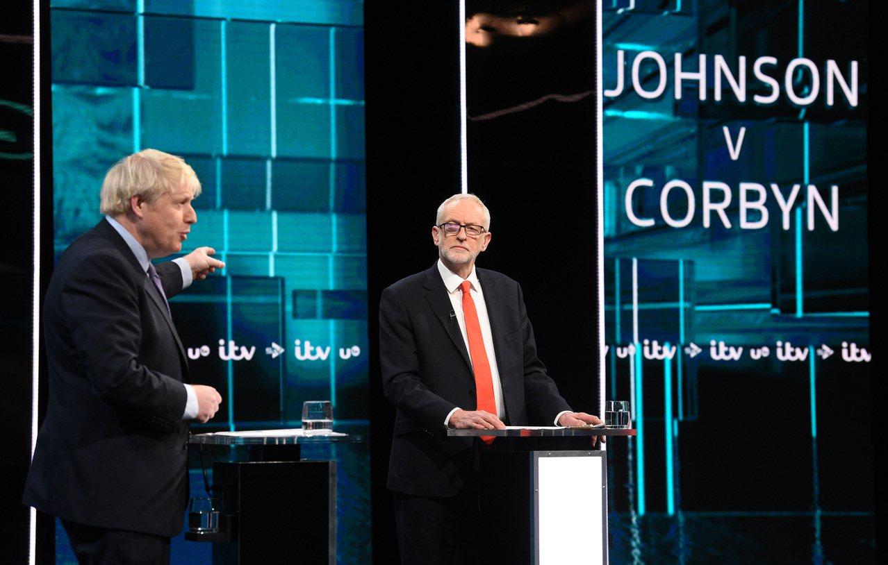 英國首相強生(左)與在野工黨領袖柯賓(右)19日舉行首場電視辯論。新華社