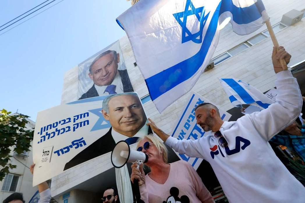 以色列總理內唐亞胡的支持者22日在聯合黨特拉維夫黨部集會,拿著他的海報為他打氣。...