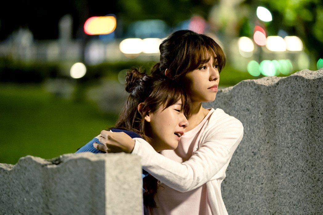 方志友(左)哭倒在夏于喬胸前。圖/TVBS提供