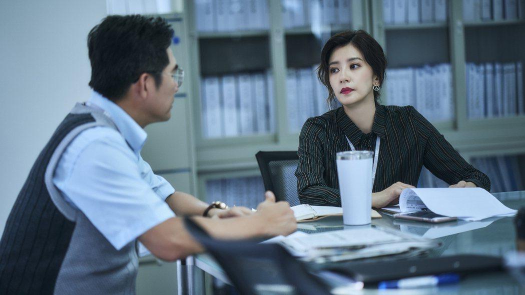 賈靜雯(右)演出的「我們與惡的距離」即將重播。圖/TVBS提供