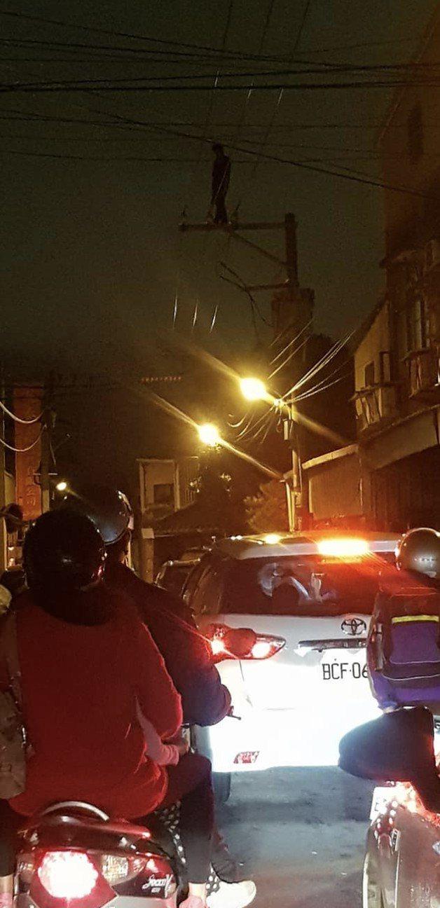有民眾發現男子站在10多公尺高的電線桿上,嚇得立刻報案。圖/翻攝自臉書桃園人桃園...