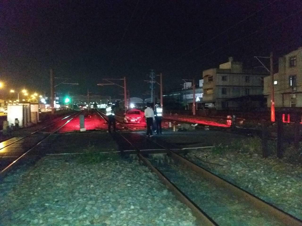 台鐵149次今晚撞到一輛小客車。圖/台鐵提供