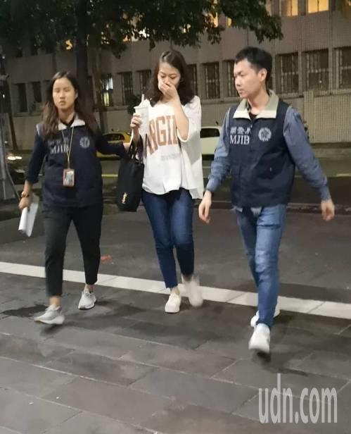 台北地檢署偵辦潤寅詐貸案,圖為潤寅業務經理張力方(中)遭聲押。 記者張宏業/攝影