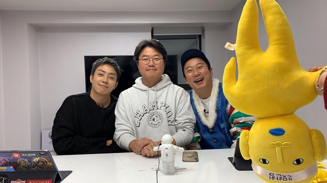 羅PD和殷志源、李秀根得知不用上月球後露出開心笑容。圖/摘自YouTube