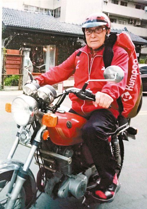 雖然年齡近百,林友茂出門的代步工具仍是野狼125。 圖╱林友茂提供